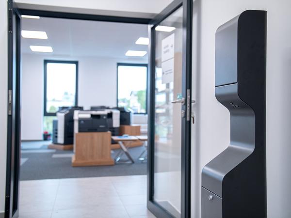 AeroCare Advance GSM automat do bezdotykowej dezynfekcji rąk atomizerem instalacja w biurze