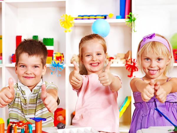 Wolnostojący dozownik do dezynfekcji rąk dla dzieci